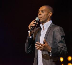 Claudy Siar présente la deuxième chanteuse à monter sur la scène parisienne