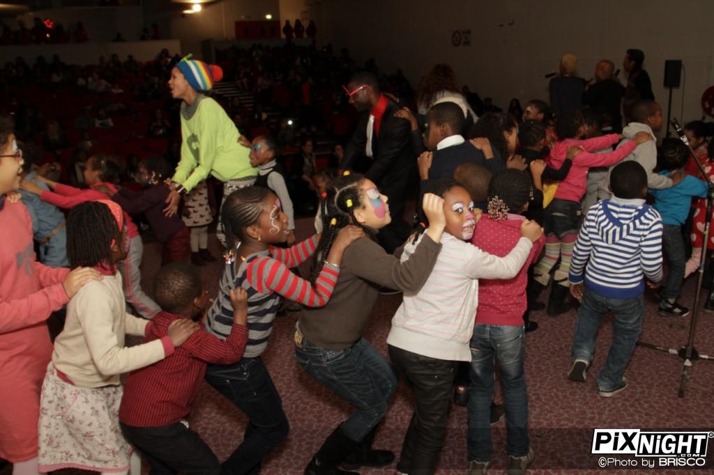 Des enfants sur scène avec la Compagnie Créole