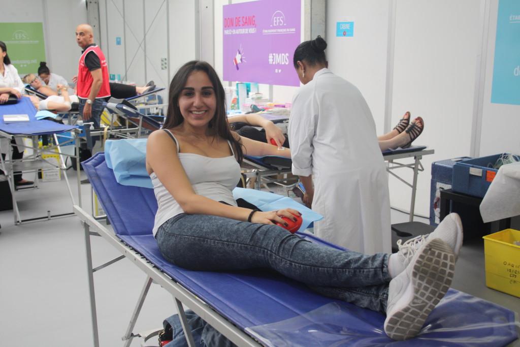 Souriante donneuse de sang