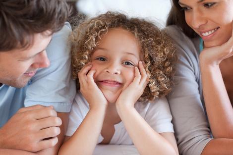 enfant entre ses parents