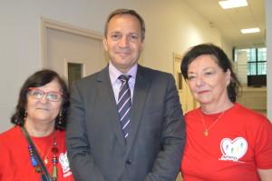Patrick Karam, Vice-président de la Région Ile de France, accompagné de bénévoles de l'APIPD